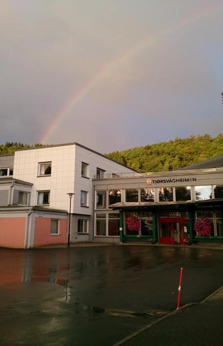 Tjørsvågheimen med regnbue