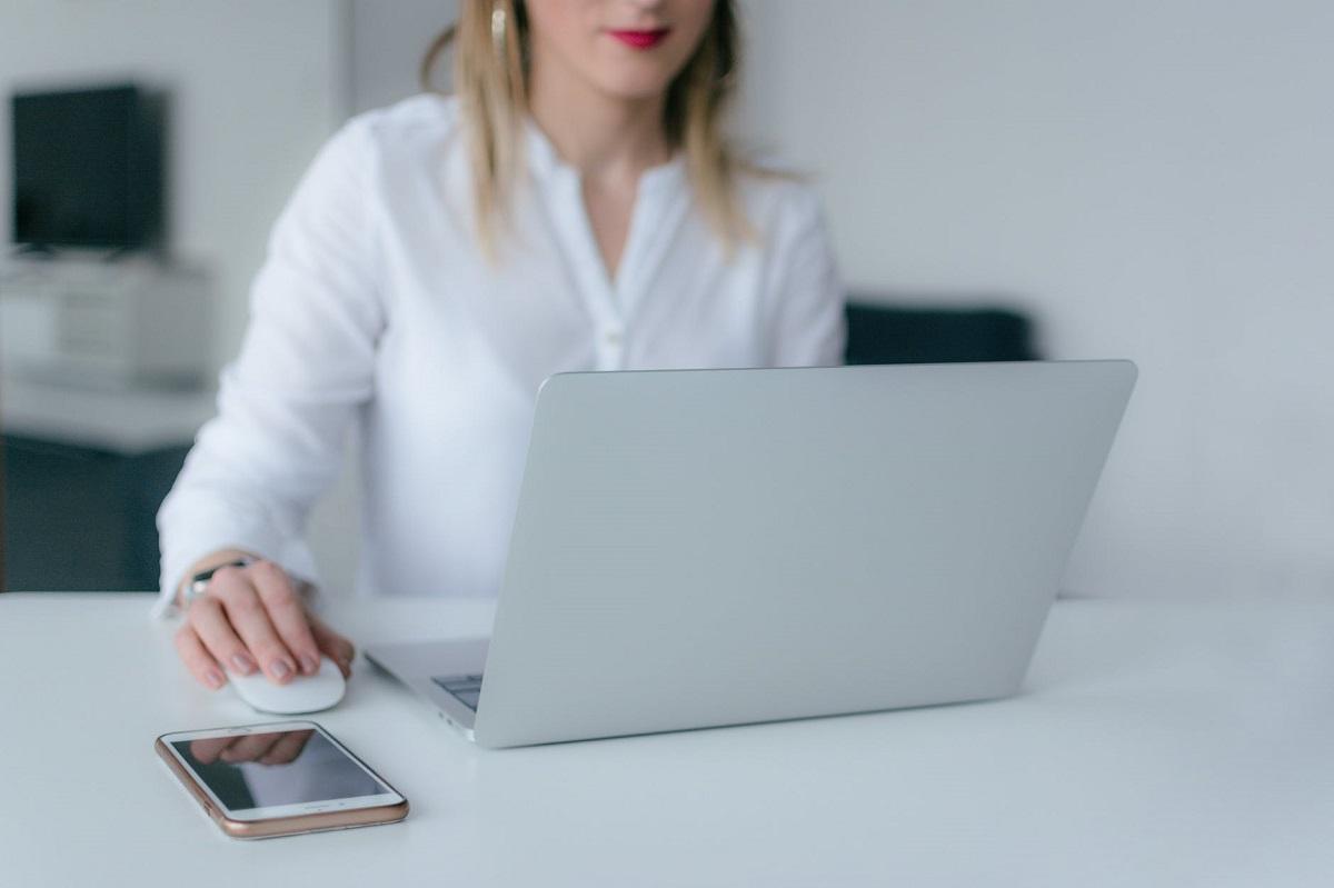 Fotograf: Pexels (bilde av en kvinne foran en datamaskin)