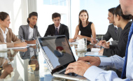 Mennesker med PC rundt et bord. Stock Photo